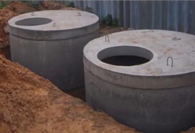 Установленные в котлован бетонные кольца